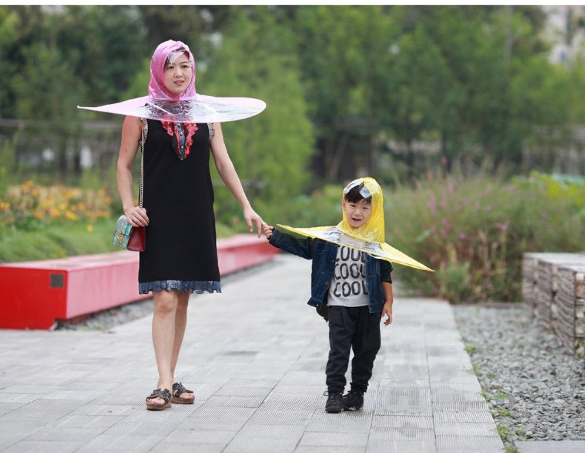 Dẹp Angela Phương Trinh đi, VIFW mà mưa thì phải diện quả mũ ô này thì mới gọi là bậc thầy sang chảnh - Ảnh 2.