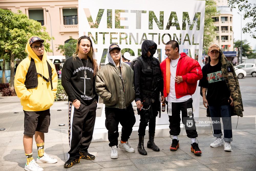 Street style ngày đầu VIFW 2018: các tín đồ thời trang Sài thành lên đồ quằn quại đốt mắt người nhìn - Ảnh 20.
