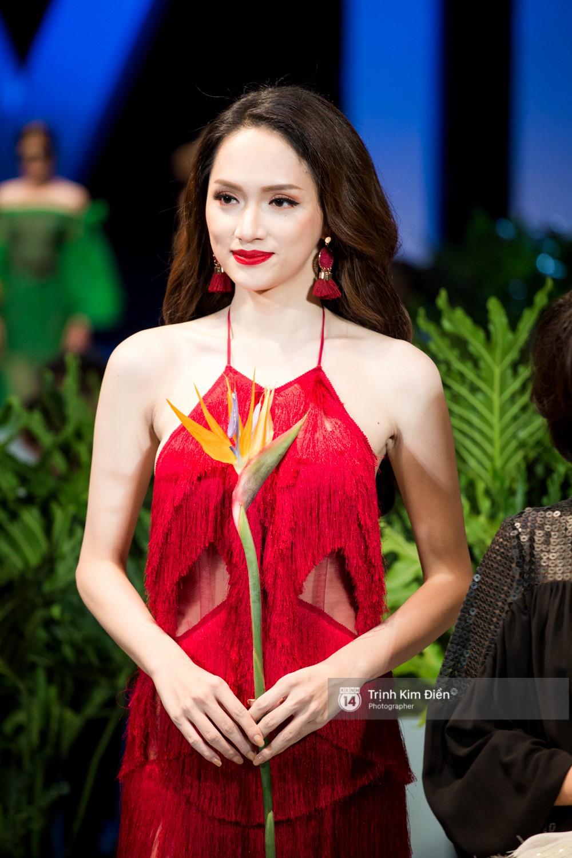 Đi guốc cà kheo điệu nghệ, Hương Giang lần đầu làm vedette quá ấn tượng trên sân khấu VIFW - Ảnh 7.