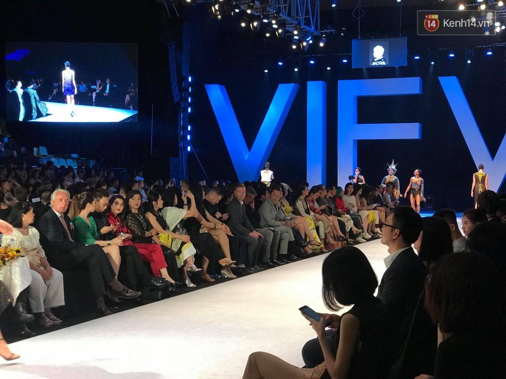 Hết show Công Trí, Sơn Tùng và dàn sao Việt đồng loạt kéo nhau ra về, Hoàng Thùy Linh ở lại đến hết VIFW ngày 1 - Ảnh 3.