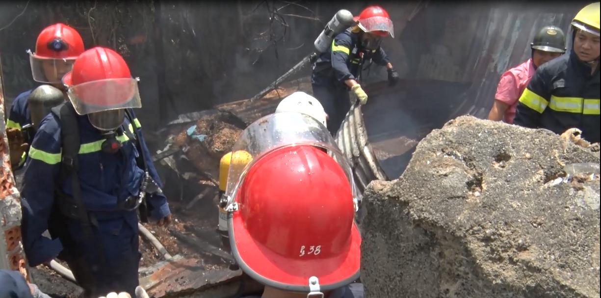 Cháy lớn tại xưởng gỗ 5.500m2 ở Đà Nẵng, nhiều người tá hỏa bỏ chạy - Ảnh 3.