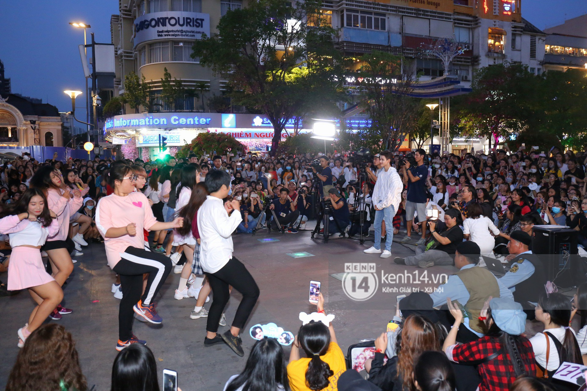 Hoàng tử lai Samuel thích thú khi thấy fan Việt tặng mình màn nhảy flashmob - Ảnh 5.