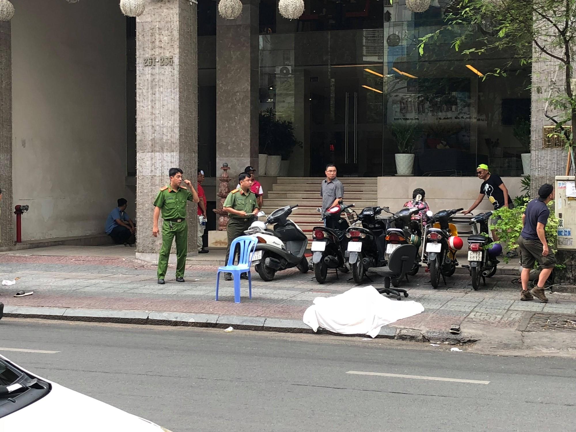 Người đàn ông ngoại quốc gieo mình tử vong ở khách sạn trung tâm Sài Gòn - Ảnh 1.