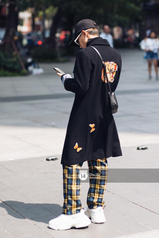 Street style VIFW ngày 2: đồ lưới, shorts, giày cao gót được... phái nam tận dụng triệt để - Ảnh 3.