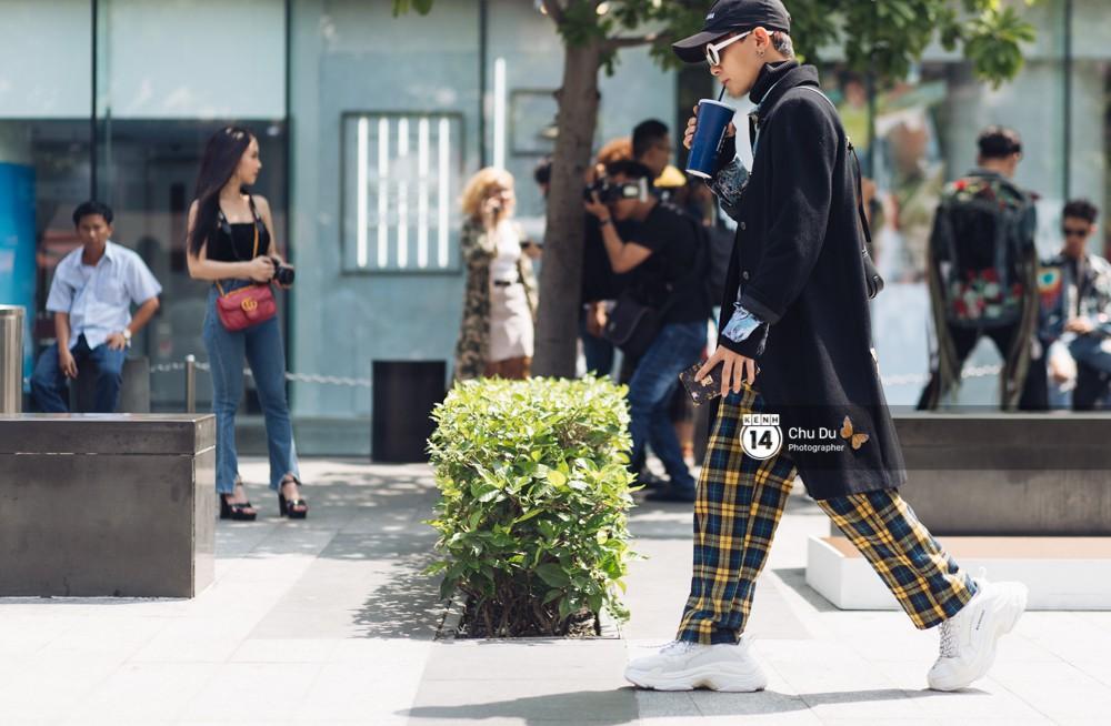 Street style VIFW ngày 2: đồ lưới, shorts, giày cao gót được... phái nam tận dụng triệt để - Ảnh 2.