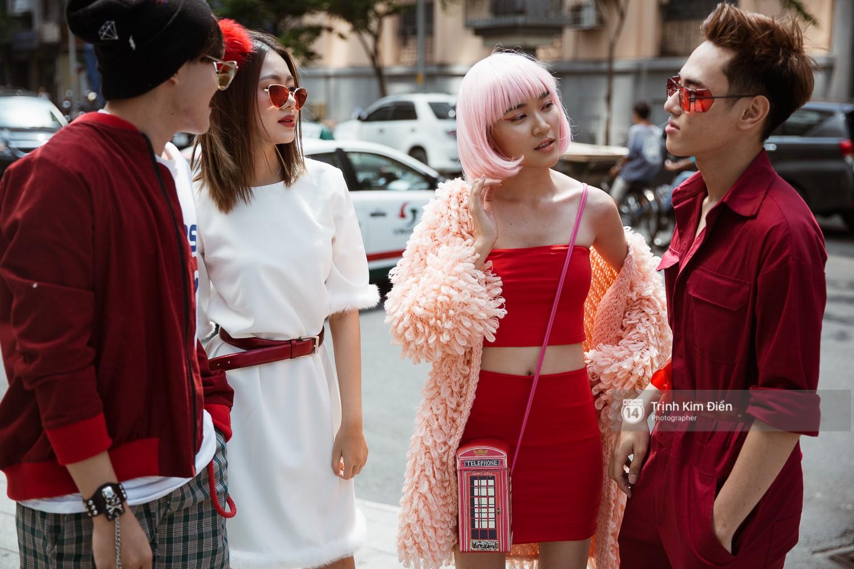 Street style VIFW ngày 3: Không chỉ tận dụng tối đa áo khoác, tín đồ Sài Gòn còn mặc đồ ngủ, quấn khăn ra đường - Ảnh 1.