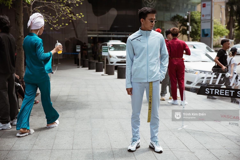 Street style VIFW ngày 3: Không chỉ tận dụng tối đa áo khoác, tín đồ Sài Gòn còn mặc đồ ngủ, quấn khăn ra đường - Ảnh 9.