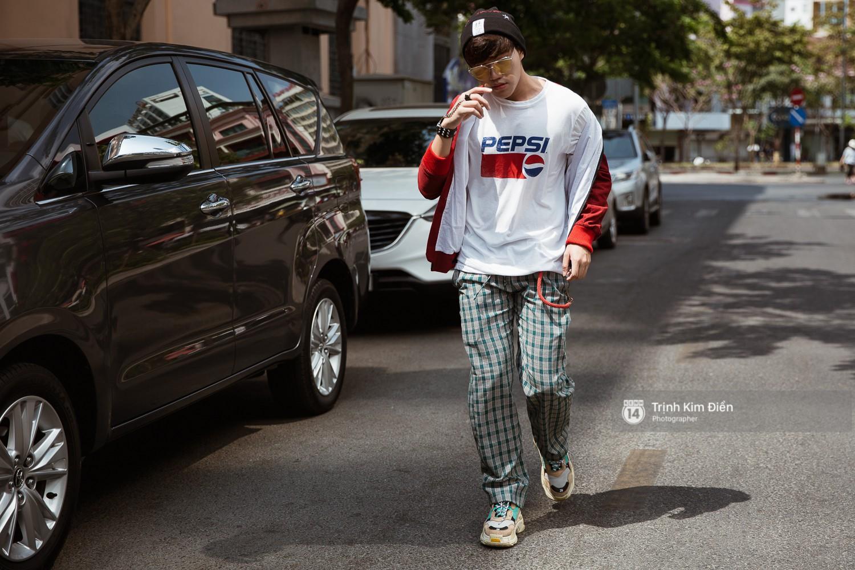 Street style VIFW ngày 3: Không chỉ tận dụng tối đa áo khoác, tín đồ Sài Gòn còn mặc đồ ngủ, quấn khăn ra đường - Ảnh 10.