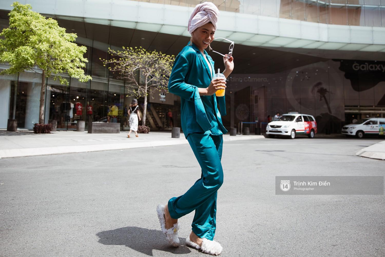 Street style VIFW ngày 3: Không chỉ tận dụng tối đa áo khoác, tín đồ Sài Gòn còn mặc đồ ngủ, quấn khăn ra đường - Ảnh 17.