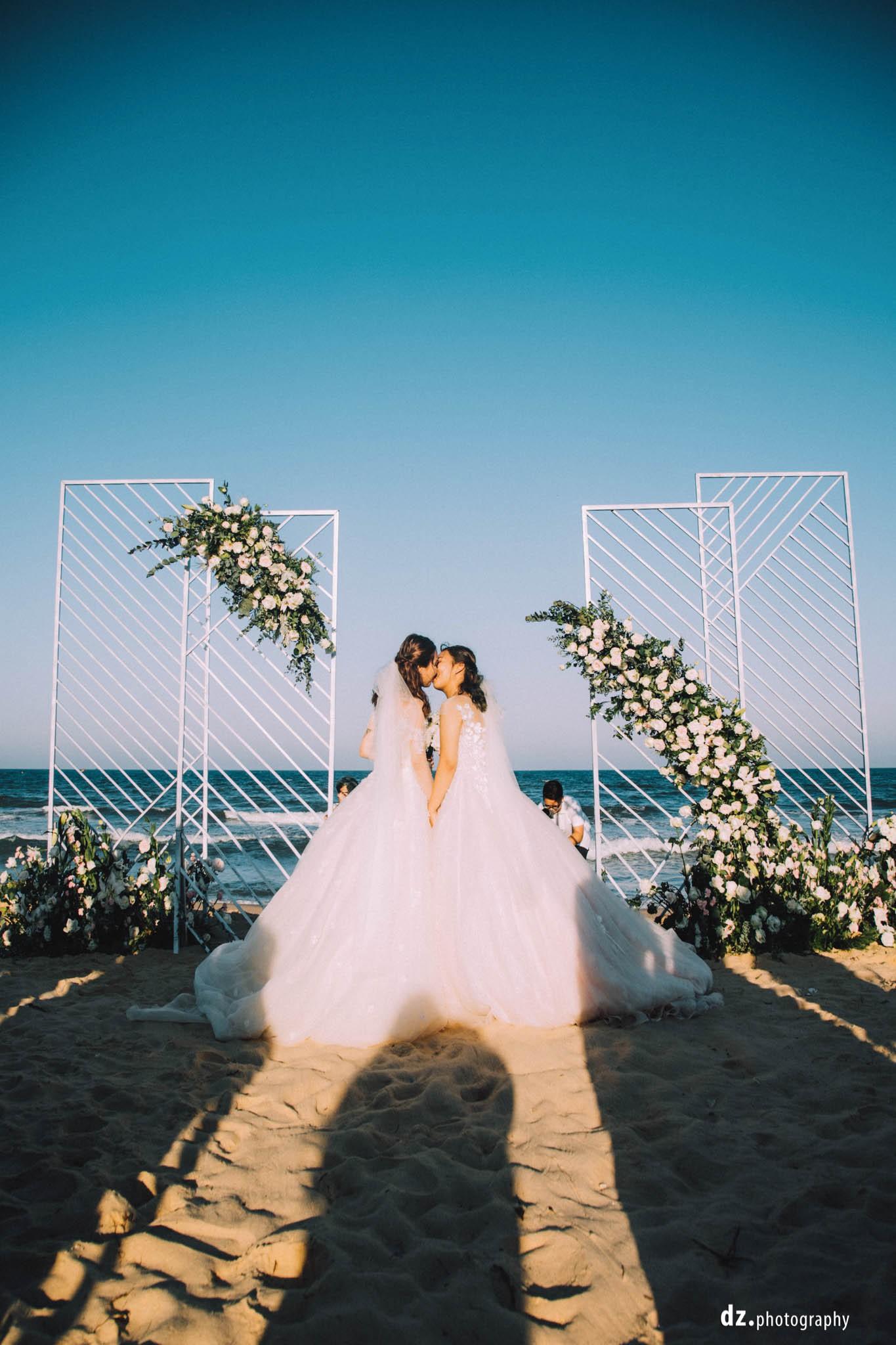 Đám cưới đồng tính của hai cô gái từng là tình địch giữa bãi biển Bình Thuận thơ mộng - Ảnh 7.
