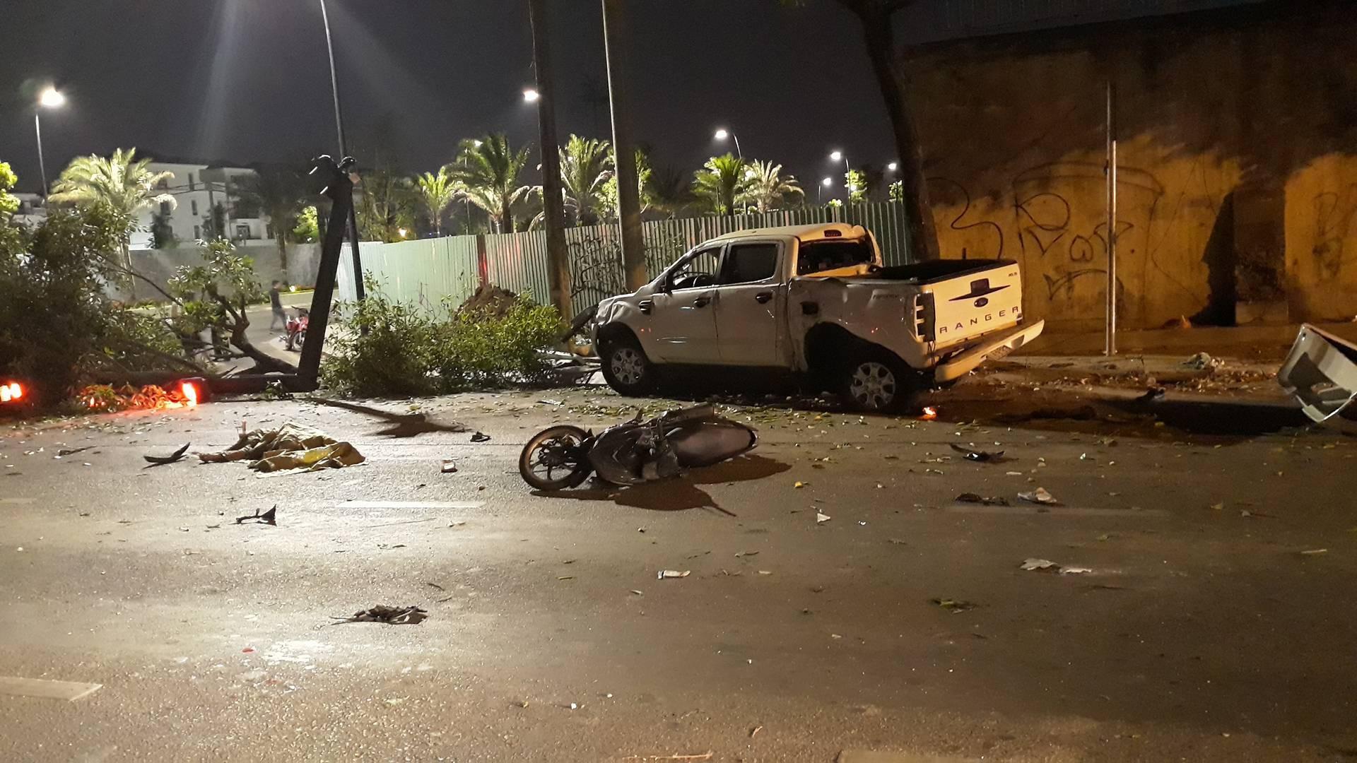 Ô tô húc văng nhiều xe máy ở Sài Gòn, tông gãy cây xanh, nhiều người nằm la liệt trên đường - Ảnh 2.