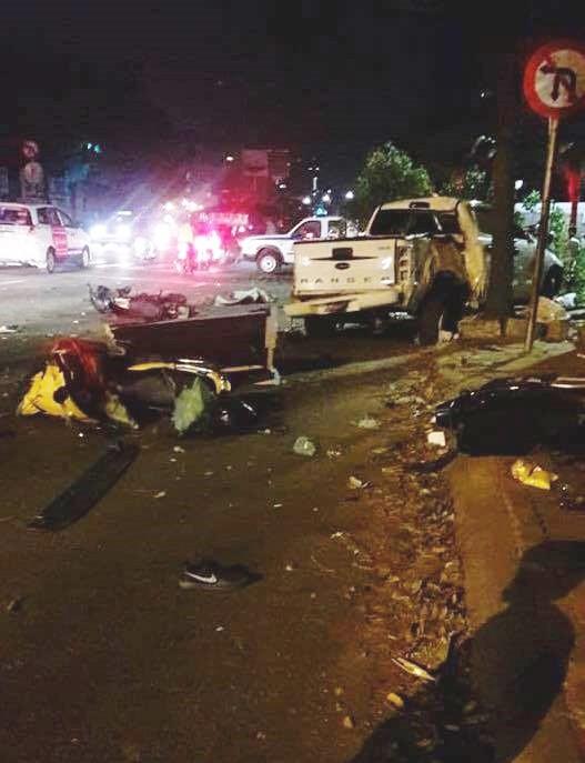 Ô tô húc văng nhiều xe máy ở Sài Gòn, tông gãy cây xanh, nhiều người nằm la liệt trên đường - Ảnh 1.