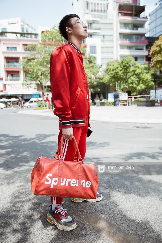 Street style VIFW ngày 3: Không chỉ tận dụng tối đa áo khoác, tín đồ Sài Gòn còn mặc đồ ngủ, quấn khăn ra đường - Ảnh 4.