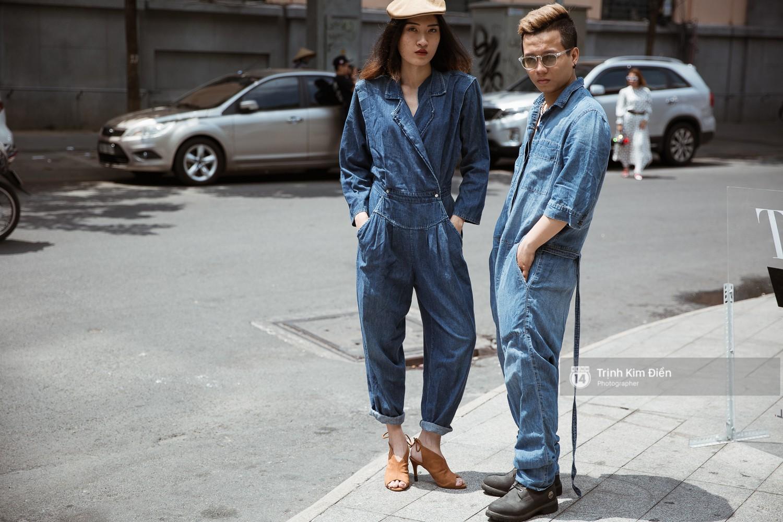 Street style VIFW ngày 3: Không chỉ tận dụng tối đa áo khoác, tín đồ Sài Gòn còn mặc đồ ngủ, quấn khăn ra đường - Ảnh 6.