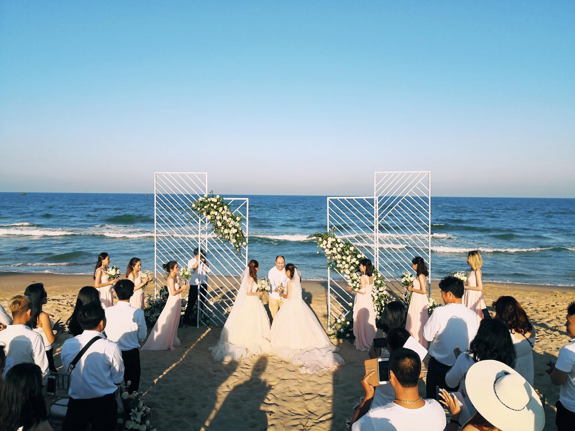 Đám cưới đồng tính của hai cô gái từng là tình địch giữa bãi biển Bình Thuận thơ mộng - Ảnh 3.