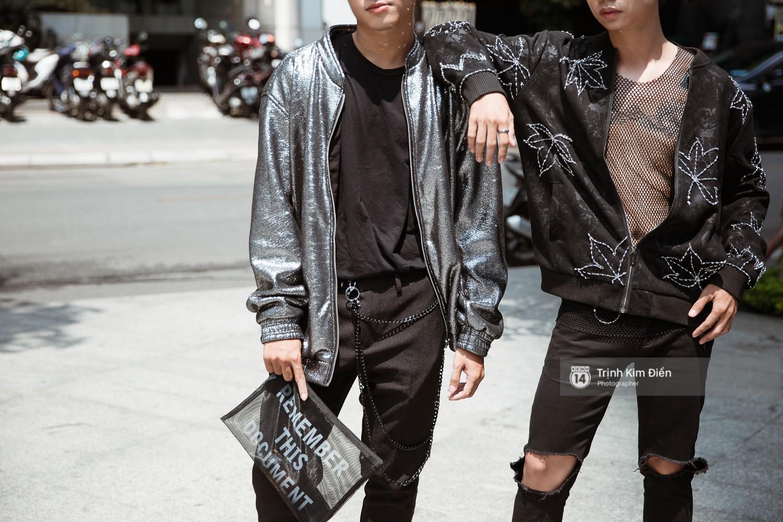 Street style VIFW ngày 3: Không chỉ tận dụng tối đa áo khoác, tín đồ Sài Gòn còn mặc đồ ngủ, quấn khăn ra đường - Ảnh 7.