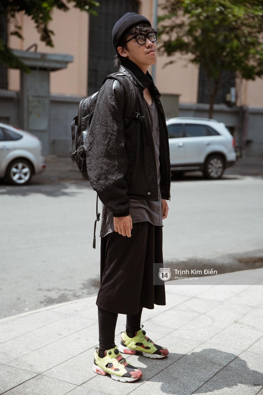 Street style VIFW ngày 3: Không chỉ tận dụng tối đa áo khoác, tín đồ Sài Gòn còn mặc đồ ngủ, quấn khăn ra đường - Ảnh 8.