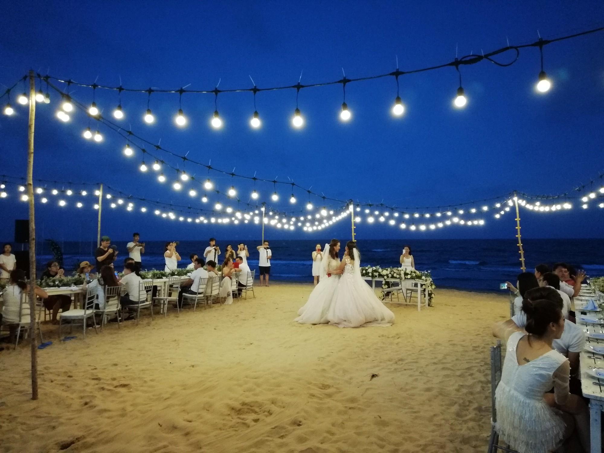 Đám cưới đồng tính của hai cô gái từng là tình địch giữa bãi biển Bình Thuận thơ mộng - Ảnh 4.