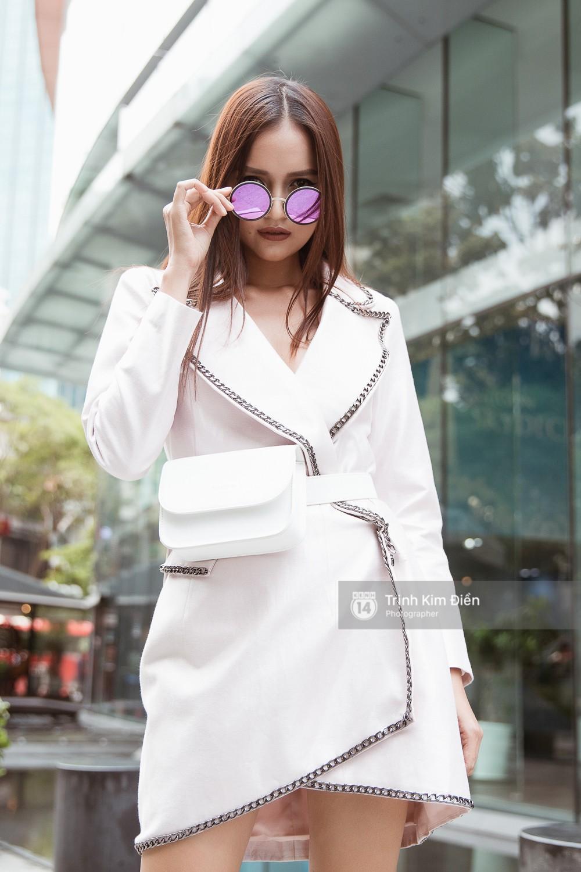 Street style VIFW ngày 3: Không chỉ tận dụng tối đa áo khoác, tín đồ Sài Gòn còn mặc đồ ngủ, quấn khăn ra đường - Ảnh 13.