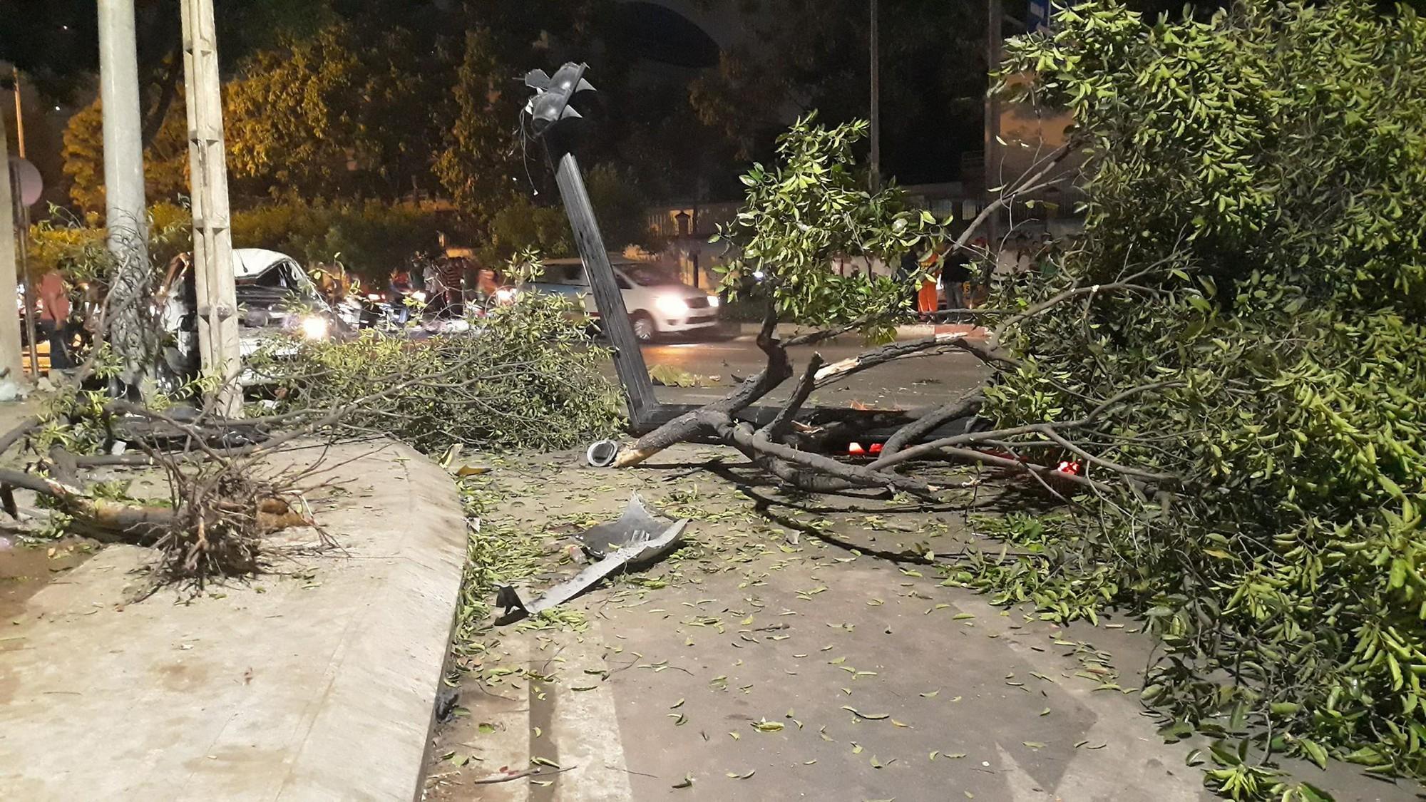 Ô tô húc văng nhiều xe máy ở Sài Gòn, tông gãy cây xanh, nhiều người nằm la liệt trên đường - Ảnh 3.