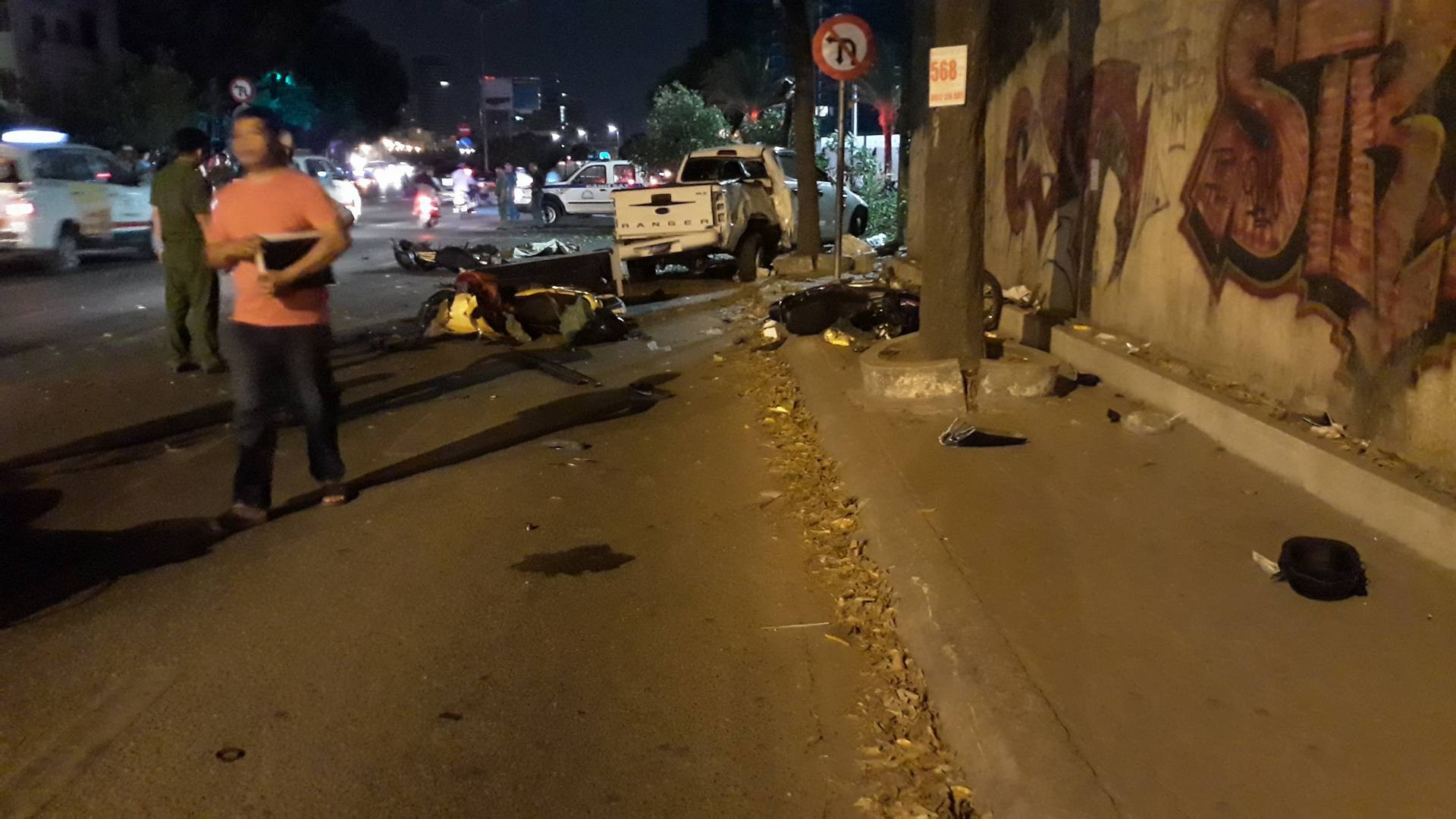 Ô tô húc văng nhiều xe máy ở Sài Gòn, tông gãy cây xanh, nhiều người nằm la liệt trên đường - Ảnh 4.