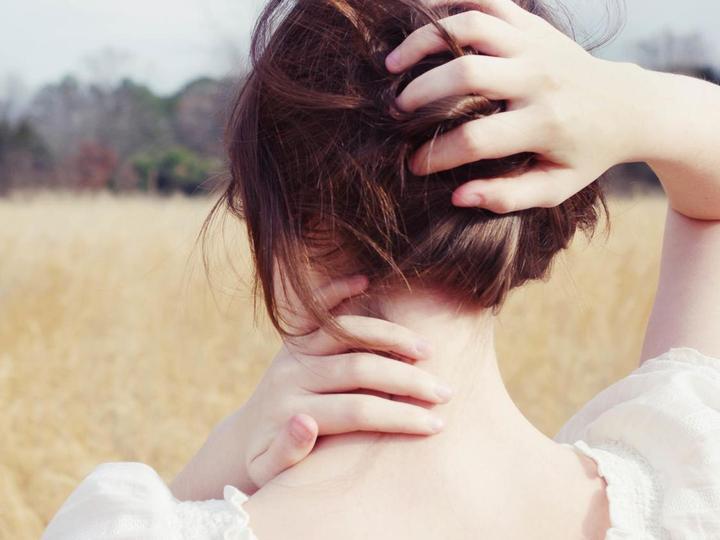 Tóc bạc sớm: Làm sao để ngăn chặn dấu hiệu lão hóa sớm xấu xí này? - Ảnh 1.