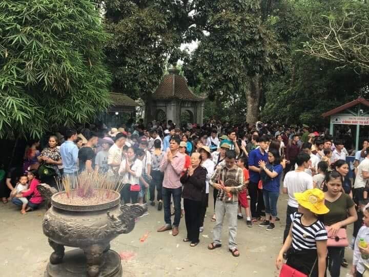 Clip: Biển người đổ về Đền Hùng dù chưa chính hội 10/3, nhiều du khách đợi 2 tiếng chưa lên được tới đền - Ảnh 6.