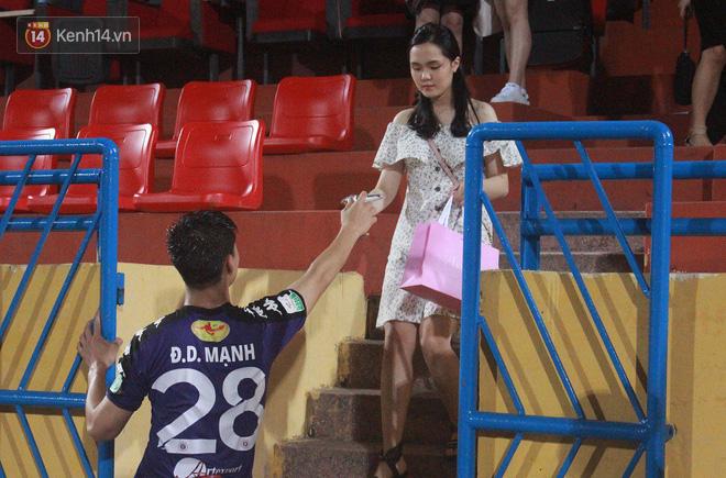 Bạn gái Duy Mạnh, Quang Hải khoe sắc trên sân Hàng Đẫy - Ảnh 9.