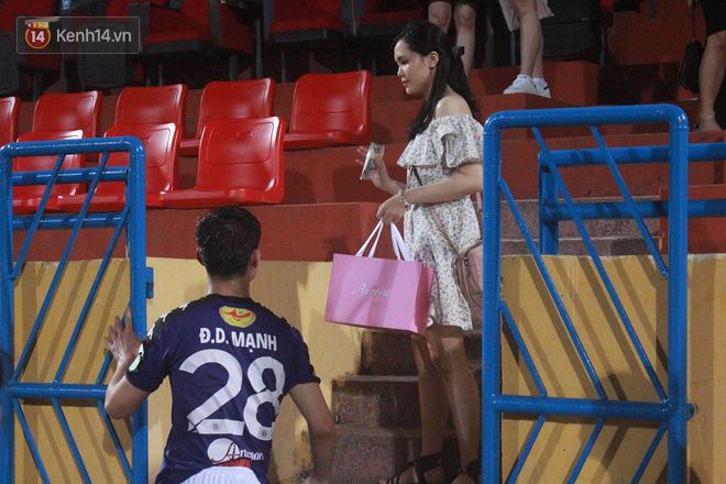 Bạn gái Duy Mạnh, Quang Hải khoe sắc trên sân Hàng Đẫy - Ảnh 10.