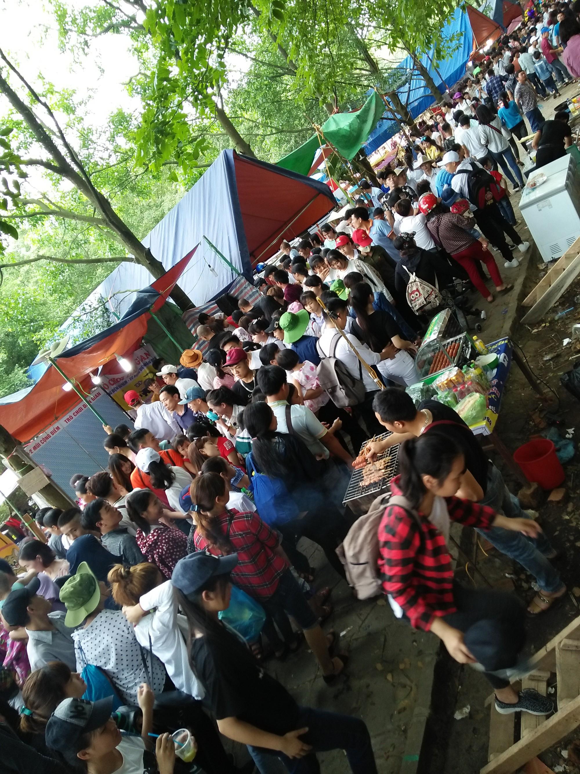 Clip: Biển người đổ về Đền Hùng dù chưa chính hội 10/3, nhiều du khách đợi 2 tiếng chưa lên được tới đền - Ảnh 7.