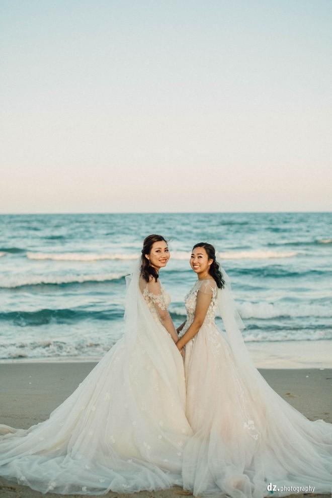 Đám cưới đẹp như mơ bên bờ biển của cặp đôi đồng tính nữ từng là tình địch khi yêu chung một cô gái