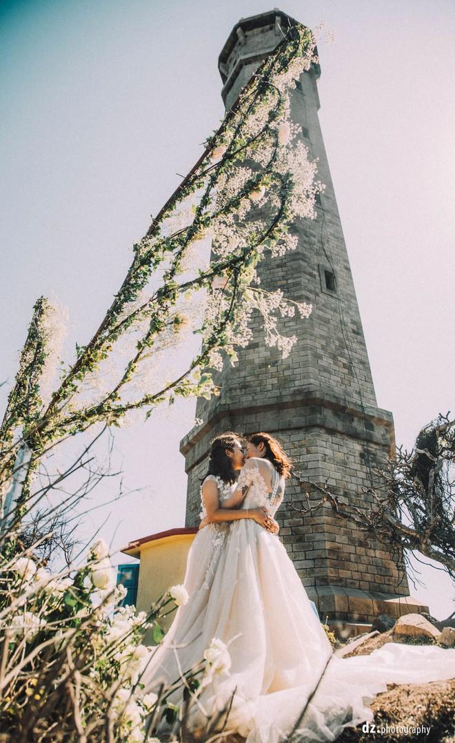 Đám cưới đẹp như mơ bên bờ biển của cặp đôi đồng tính nữ từng là tình địch khi yêu chung một cô gái - Ảnh 6.