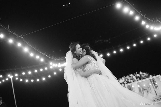 Đám cưới đẹp như mơ bên bờ biển của cặp đôi đồng tính nữ từng là tình địch khi yêu chung một cô gái - Ảnh 7.