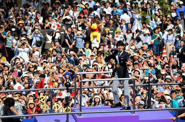 Biển người Nhật Bản đổ ra đường đón hoàng tử sân băng Yuzuru Hanyu trở về quê, đông không kém fan đón idol Kpop! - Ảnh 4.