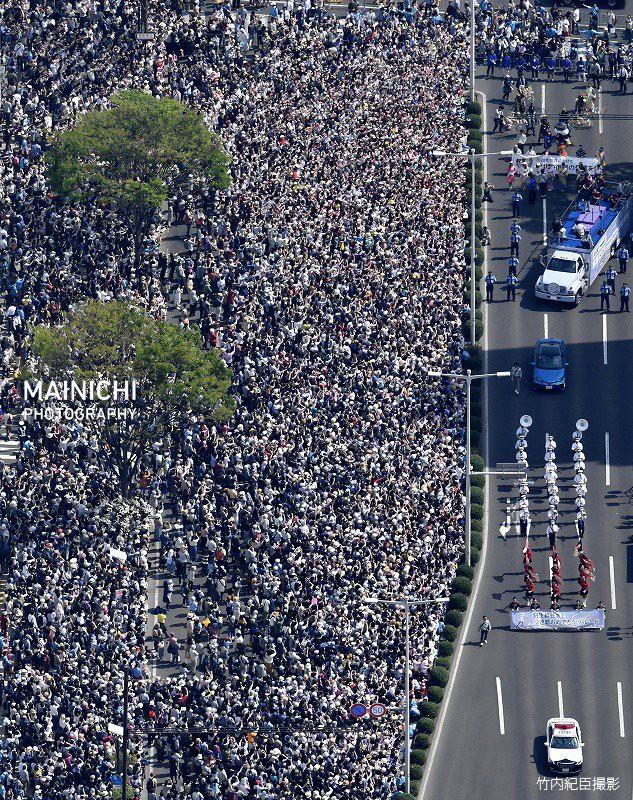 Biển người Nhật Bản đổ ra đường đón hoàng tử sân băng Yuzuru Hanyu trở về quê, đông không kém fan đón idol Kpop! - Ảnh 8.