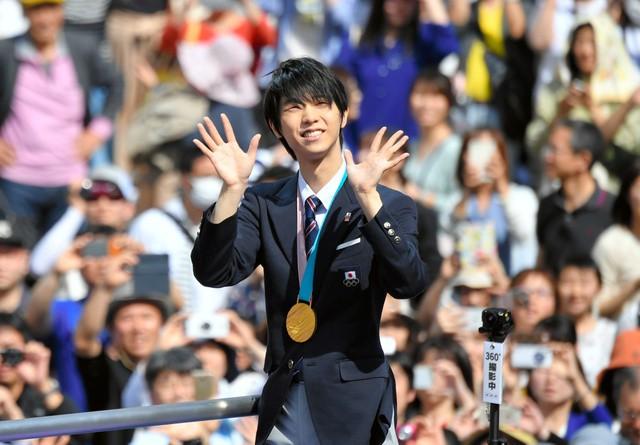 Biển người Nhật Bản đổ ra đường đón hoàng tử sân băng Yuzuru Hanyu trở về quê, đông không kém fan đón idol Kpop! - Ảnh 2.