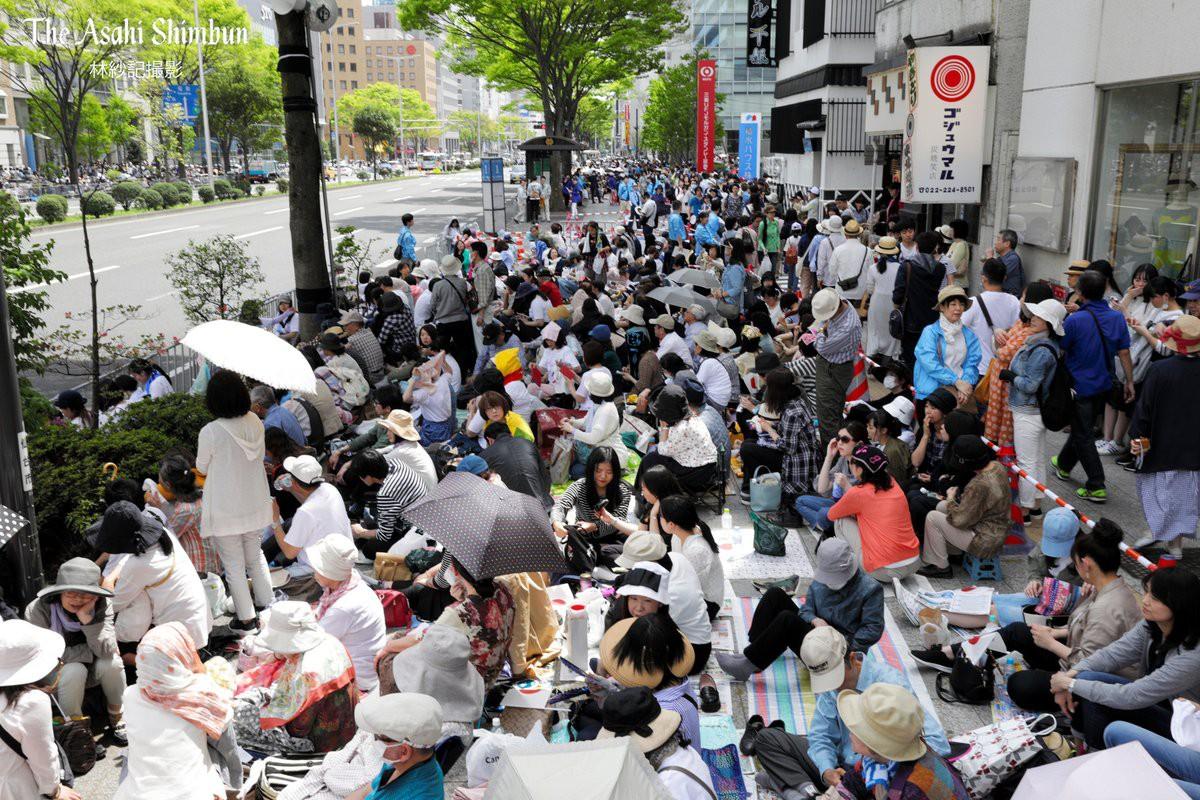 Biển người Nhật Bản đổ ra đường đón hoàng tử sân băng Yuzuru Hanyu trở về quê, đông không kém fan đón idol Kpop! - Ảnh 13.