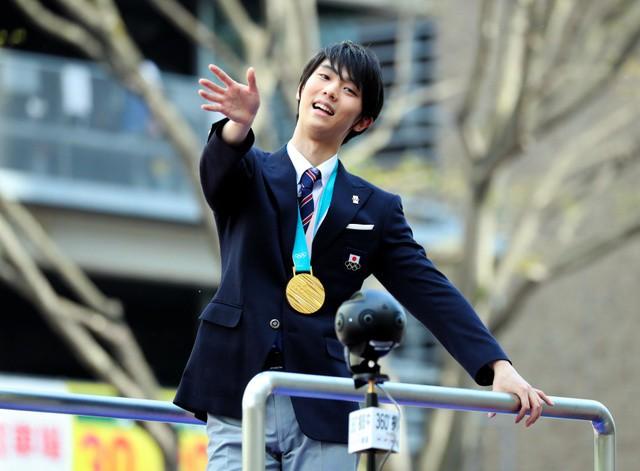 Biển người Nhật Bản đổ ra đường đón hoàng tử sân băng Yuzuru Hanyu trở về quê, đông không kém fan đón idol Kpop! - Ảnh 1.