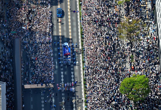 Biển người Nhật Bản đổ ra đường đón hoàng tử sân băng Yuzuru Hanyu trở về quê, đông không kém fan đón idol Kpop! - Ảnh 7.