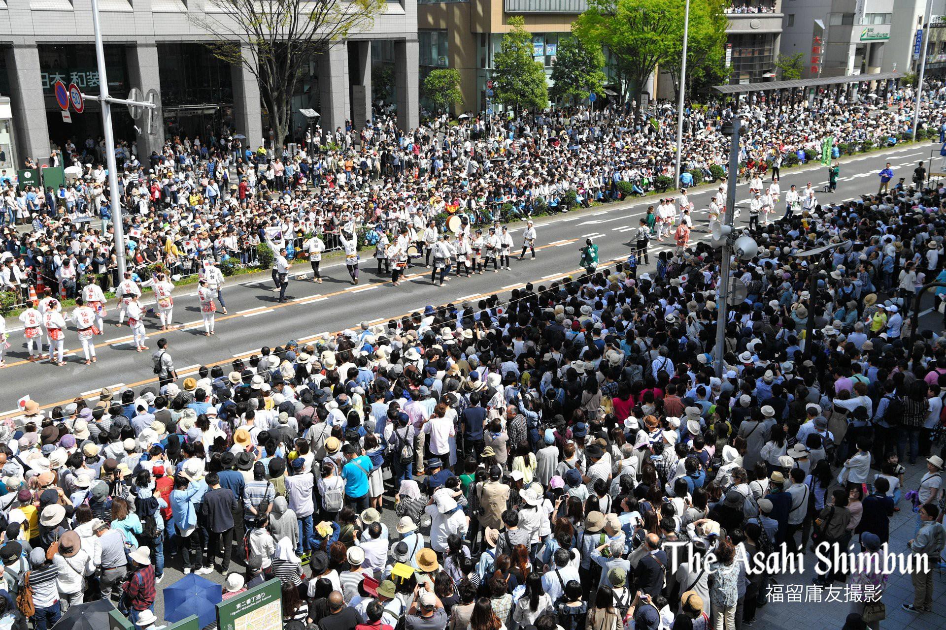 Biển người Nhật Bản đổ ra đường đón hoàng tử sân băng Yuzuru Hanyu trở về quê, đông không kém fan đón idol Kpop! - Ảnh 6.