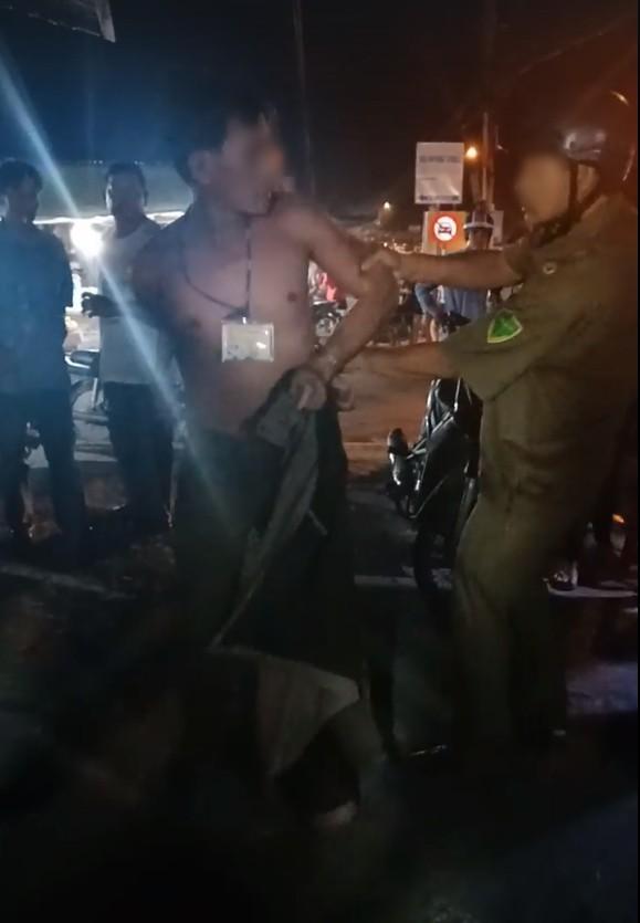 Nghi do ghen tuông, người đàn ông đánh phụ nữ giữa đường, nhiều người chứng kiến sự việc nhưng không thể can ngăn - Ảnh 2.