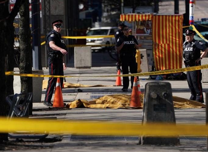 Người dân Canada kinh hoàng chứng kiến vụ lao xe tải vào đám đông - Ảnh 1.