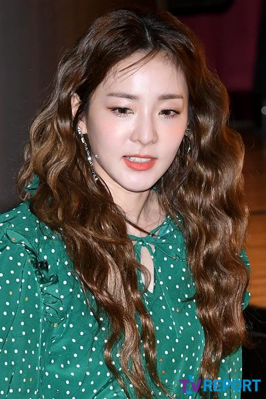 Bị hỏi về tung tích Park Bom hậu bê bối chất cấm, phản ứng của Dara đã khiến mạng xã hội dậy sóng - Ảnh 2.