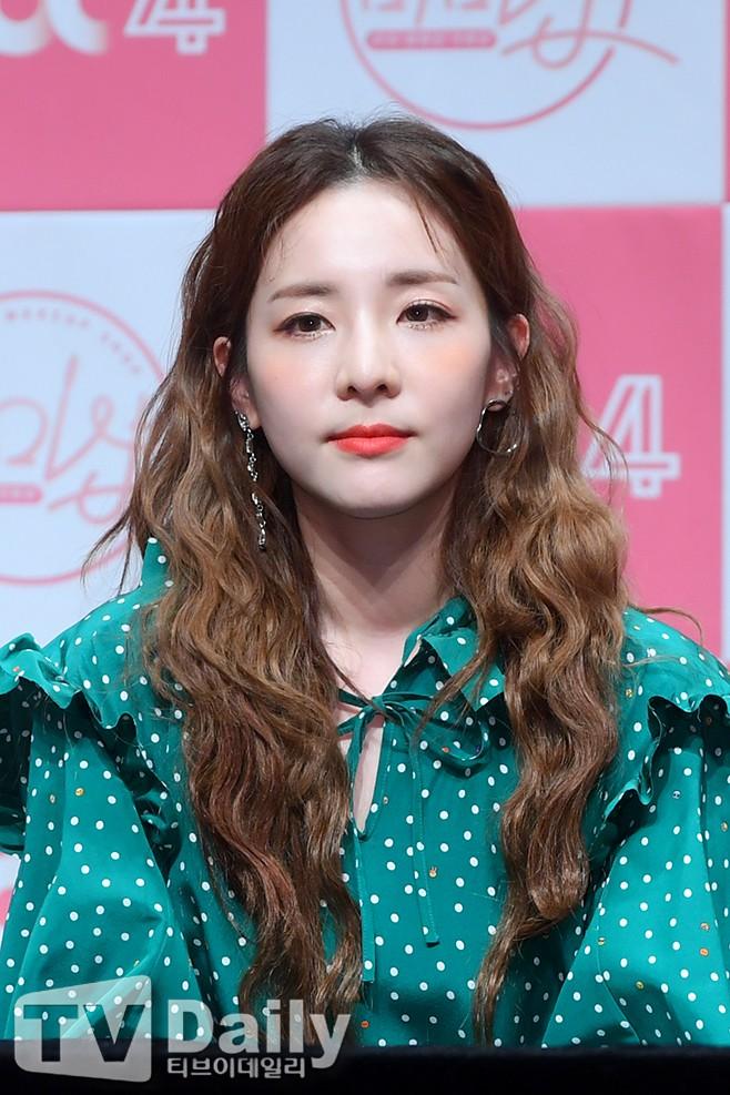 Bị hỏi về tung tích Park Bom hậu bê bối chất cấm, phản ứng của Dara đã khiến mạng xã hội dậy sóng - Ảnh 13.