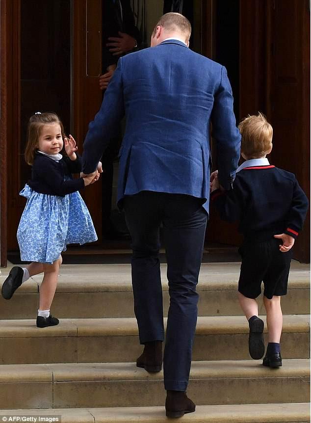 Khoảnh khắc ra dáng anh lớn, khoác vai công chúa Charlotte của Hoàng tử George khiến cư dân mạng ngợi khen - Ảnh 2.