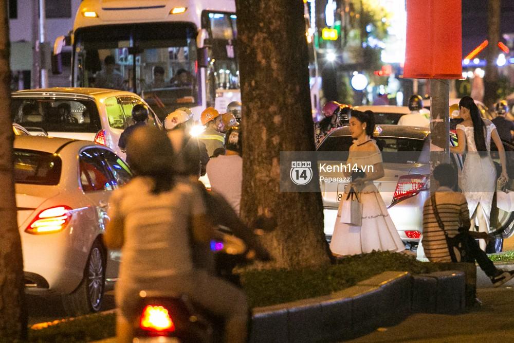 Rời sự kiện bằng xe của Trường Giang tặng, Nhã Phương thay trang phục giản dị, mang dép lê đi ăn tối - Ảnh 3.