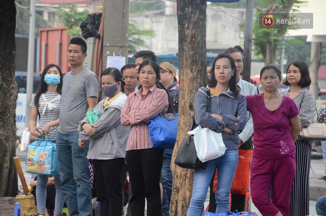 Kết thúc ngày làm việc trước kỳ nghỉ lễ 30/4, hàng nghìn người dân khăn gói về quê khiến nhiều tuyến đường ách tắc 7