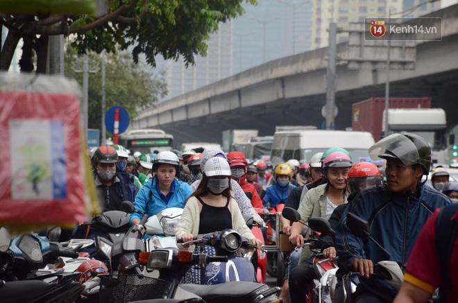 Kết thúc ngày làm việc trước kỳ nghỉ lễ 30/4, hàng nghìn người dân khăn gói về quê khiến nhiều tuyến đường ách tắc 3