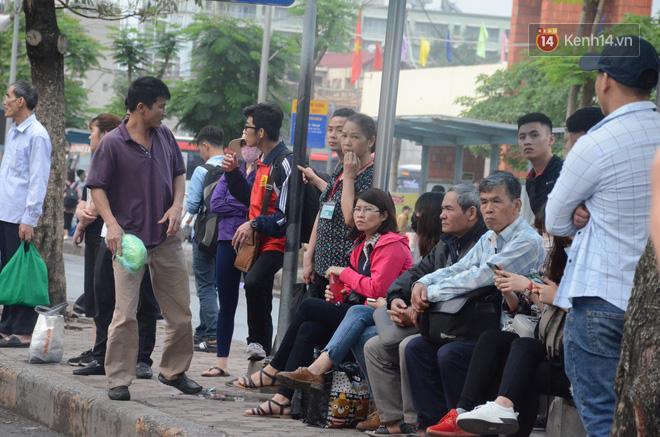 Kết thúc ngày làm việc trước kỳ nghỉ lễ 30/4, hàng nghìn người dân khăn gói về quê khiến nhiều tuyến đường ách tắc 9