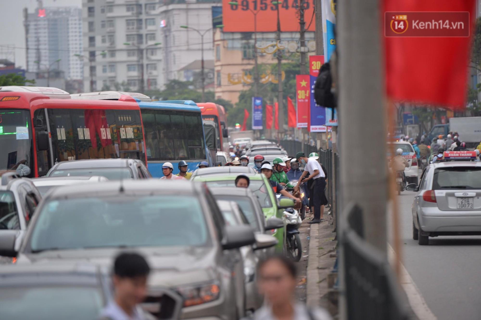 Kết thúc ngày làm việc trước kỳ nghỉ lễ 30/4, hàng nghìn người dân khăn gói về quê khiến nhiều tuyến đường ách tắc 13